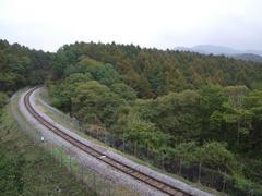 鉄道最高地点~清里駅間では数少ない、線路が望めるポイント…手前が清里駅側
