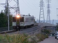 岩村田駅に向かってくる列車…背後には佐久平駅も見えます