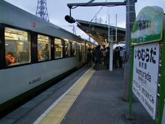 学生で混み合っていた岩村田駅