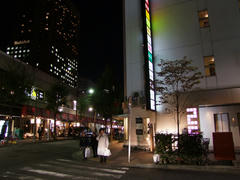 銀座7丁目付近の、右のビルの1階に位置します