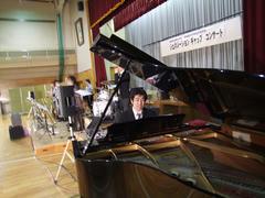 校歌伴奏は、学校のグランドピアノで…