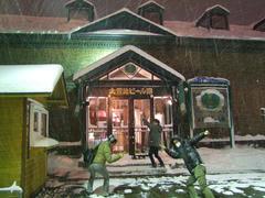ますます雪が強くなってきたお店の前で1枚
