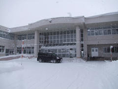 雪深くなってきた士別南中学校に到着!