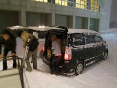 雪の中、再度荷物の積み込みを…