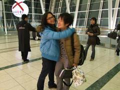 旭川空港にて、サトアキ君と抱擁の図(笑)