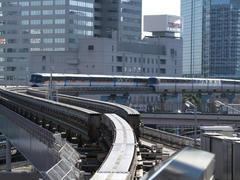 駅を出て、すぐに上下線に分かれます…モノレールの線路のポイントは可動式で、見てて結構面白いです