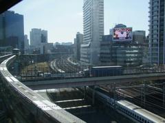 浜松町駅を出て、JR線を全て越えます