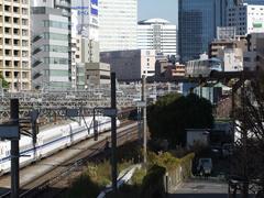 JRの田町駅近くで、JR線と離合