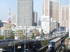 東京タワーをバックに、天王洲アイル駅に進入します