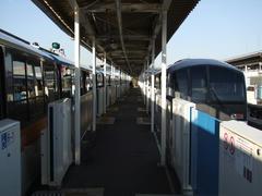 昭和島駅で、普通(左)は空港快速(右)を退避します