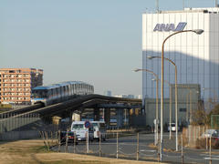 全日空の建物を見つつ、地下に入って天空橋駅へ…
