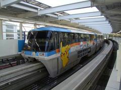 現在、主力の1000形は、このようなラッピング塗装もなされています…羽田空港国際線ビル駅にて