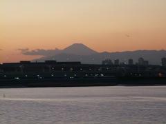多摩川の向こうには富士山も…モノレールの車内にて