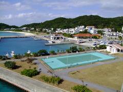阿嘉島の集落全景…一番左奥に川井ダイビングがあります