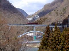 下の橋と相まって、なかなか面白い光景