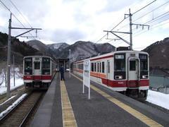 中三依温泉駅で交換する両列車