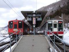 """東武鉄島からの直通車両6050系と、会津鉄道からの直通列車""""AIZU マウントエクスプレス""""号が、野岩鉄道の接続駅で並びました"""