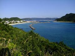 左側が阿嘉島の集落、右側が慶留間島です
