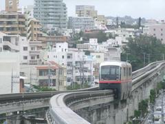 """沖縄唯一の鉄道、""""ゆいレール""""も写真に収めます"""