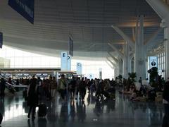 朝8:00前の羽田空港国際線ターミナルにて…毛布に身を包み夜を明かしたと思われる人が大勢確認出来ます
