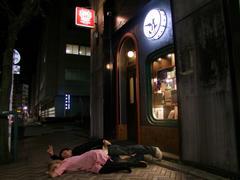 酔っぱらって、お店の前で寝転げる2人(笑)
