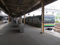 宇都宮駅にて、右の電車から、左の電車に乗り換えます