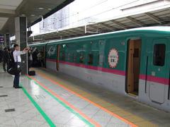 現在、JR東日本の新幹線には、このようなステッカーが先頭車両に貼られています