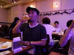 ライブ後にビールを召し上がる RayKay さん(笑)