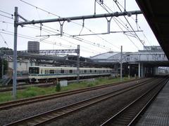 早速、小田急車両による箱根湯本駅行き列車が、小田原駅に停車しています