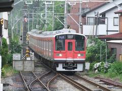 箱根登山鉄道塗装に改められた小田急車両…ちょうど40‰の坂を駆け下りてきたところです