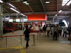 小田急車両から登山鉄道車両に乗り換える人で、駅は沢山の人で溢れ返っていた箱根湯本駅