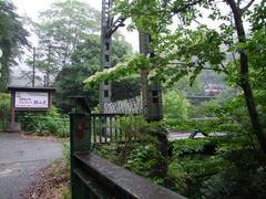 橋の手前には、柵が付けられていました