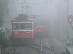 上大平台信号所にて…下っていく電車