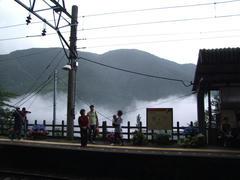 一瞬、霧が晴れたものの、この間に電車は来ず…