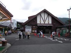 大きな屋根が特徴の強羅駅