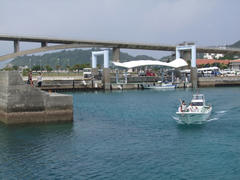 正に阿嘉港を出るところです!
