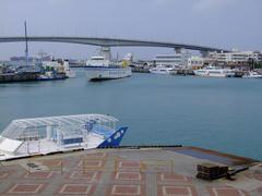 那覇港にて、ボーっと船を眺めてました