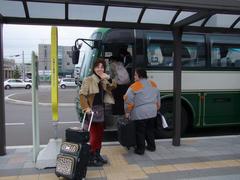 空港行きバスに乗る夢輝さん達…お疲れ様でした!