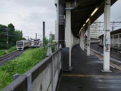 大網駅を、蘇我側の端から望む…右が外房線、左が東金線のホーム
