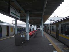 """勝浦駅にて…右の列車から、左の""""普通列車""""に乗り換えます"""