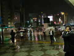 池袋駅にて…傘があっても大変な状態…