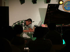 人形を使って、ピアノを弾き始めていました(笑)