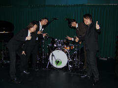 ドラムを囲んで記念写真♪
