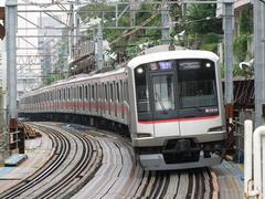 代官山駅に進入する東横線のエース、5050系