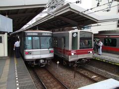東急(右)、東武(真ん中)、日比谷線(左)の車両が顔を合わせる中目黒駅