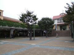 現駅舎(左)と、旧駅舎(右)…田園調布駅にて
