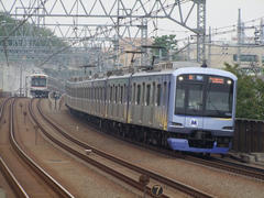 みなとみらい線Y500系(右)と、目黒線5080系(左)…多摩川駅付近にて