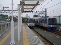 元住吉駅では、通過列車を待避出来る構造にもなっています