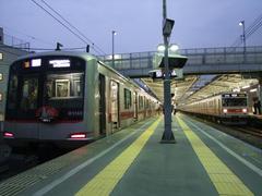 菊名駅…日比谷線直通用の1000系(右)は、基本的にこの駅で折り返します