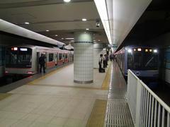 横浜駅にて…日中以外の優等列車には、通勤特急という種別も出来ました